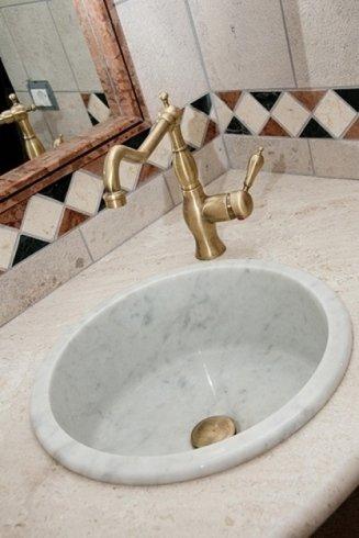 Particolare di bagno in marmo di nostra realizzazione.