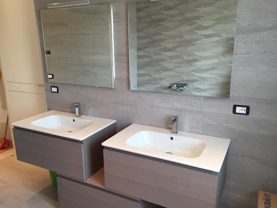 dei lavabi e due specchi in un bagno