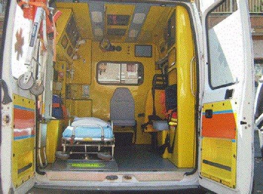due paramedici che assistono un paziente in strada