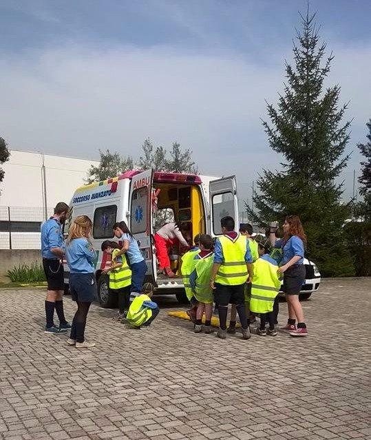 ambulanza con le porte retro aperte