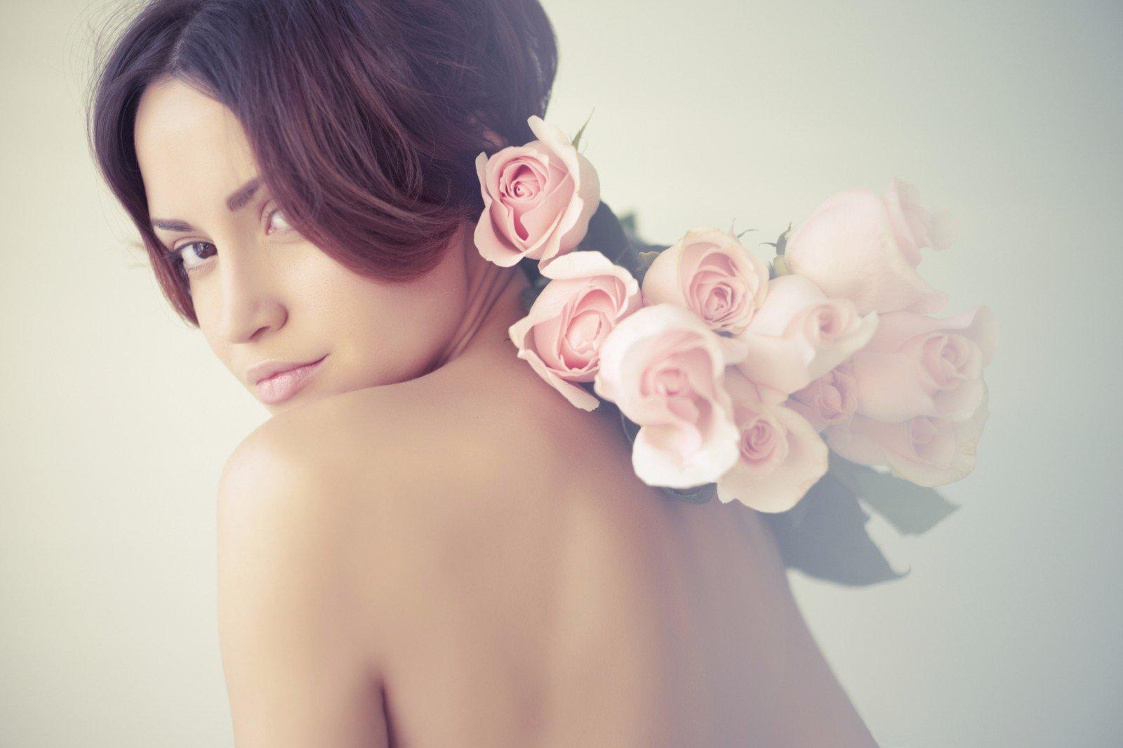 Immagine artistica di donna con rose