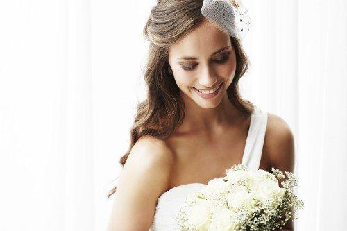 Modella con acconciatura e trucco da sposa