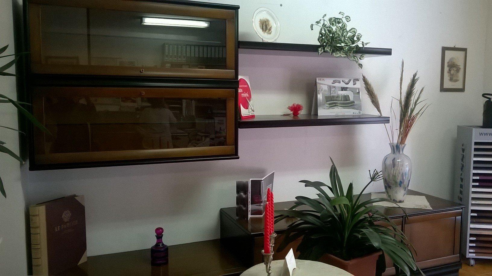 dei mobili vetrina a muro e delle mensole