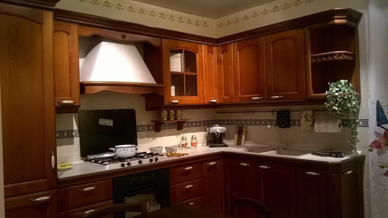 una cucina angolare con mobili in legno