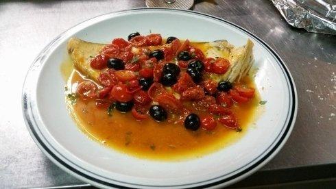 spada con olive nere e pomodorini