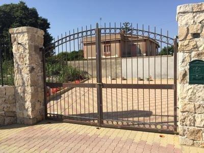 Doppia porta di accesso in ferro battuto