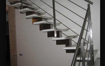 Scale con gradini e ringhiera in acciaio
