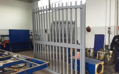 Palizzata di accesso in ferro battuto dipinta di grigio