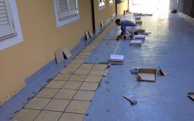 Collocando le piastrelle in un suolo nel quale è stato installato materiale isolante
