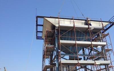Impalcature circondando una torre in costruzione