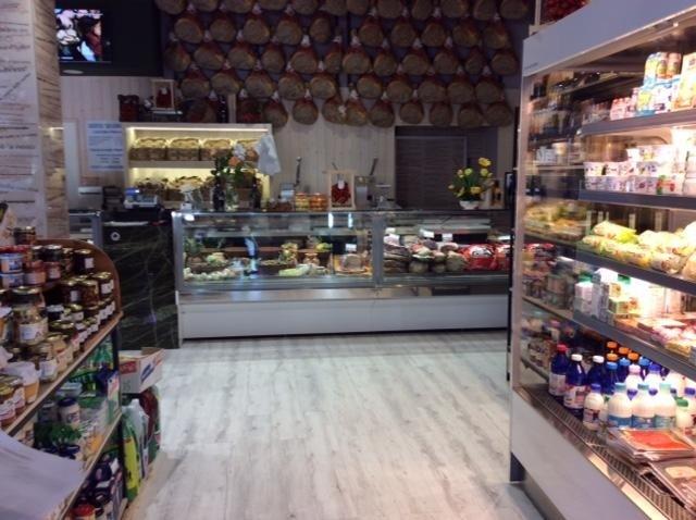 negozio con prodotti caseari
