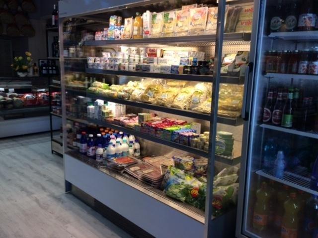 banco frigo con prodotti di un caseificio