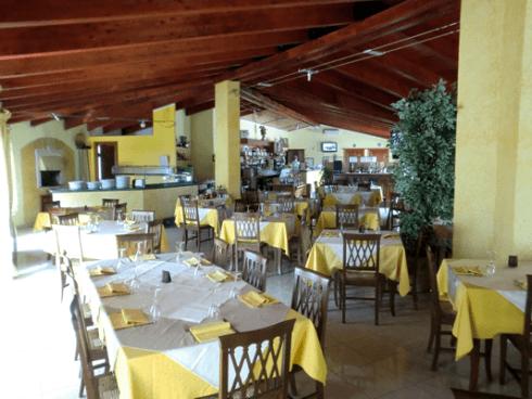 tavoli apparecchiati in un ristorante