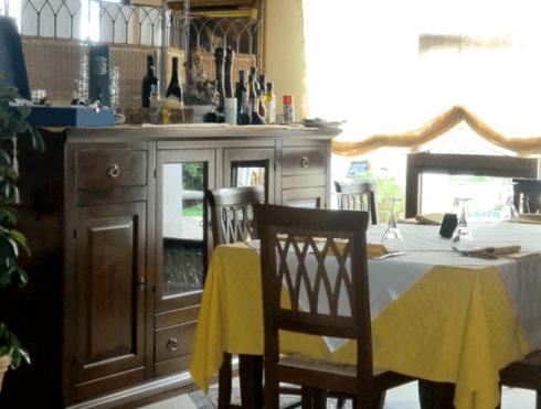 credenza con vini e bicchieri in un ristorante