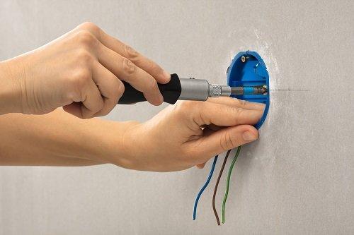 elettricista al lavoro