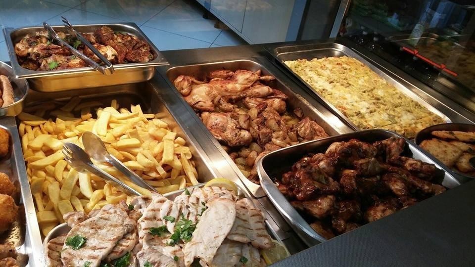 patatine, carne e lasagna in esposizione