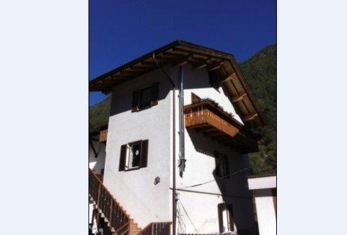 Außenansicht mit Stiege und Balkon