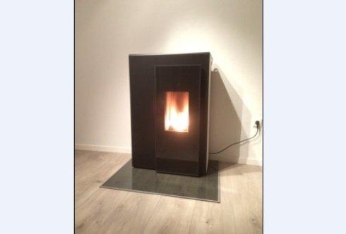 Schwarzer Ofen mit Feuer