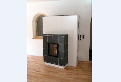 stufa in maiolica ad accumulo, stufa in muratura con cornice base e conrnice superiore