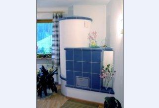 Seitenansicht eines blauen Ofens