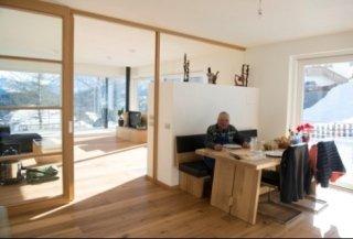 Wohnbereich, mit Tisch und Ofen
