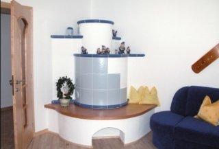 klassischer runder Ofen, weiß und hellblau