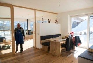 Küche mit Tisch und Ofen