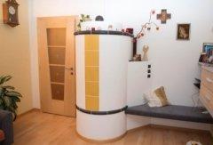 klassischer zylinderförmiger Ofen, weiß und gelb