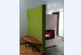 moderner Ofen mit grüner Mauer