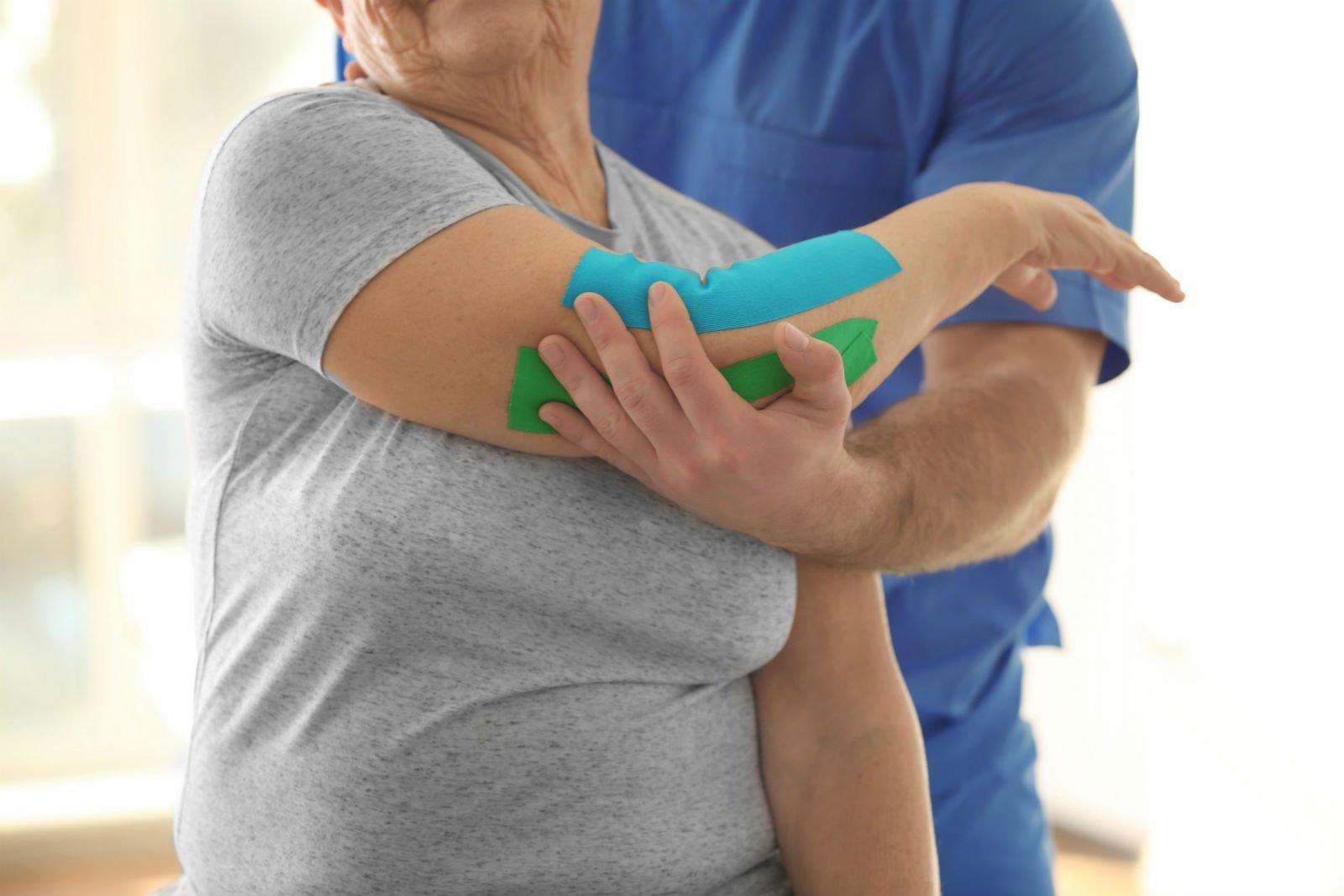 visita per riabilitazione del braccio di una donna anziana