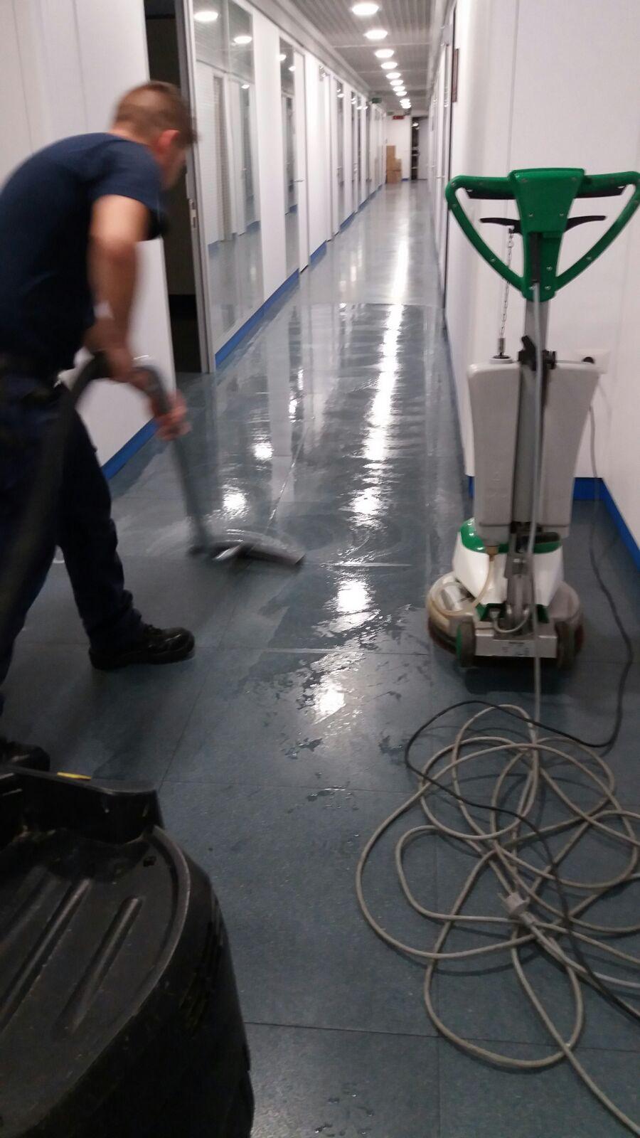 Pulizia e trattamento pavimenti per uffici a Roma
