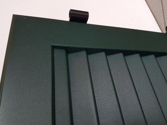 una persiana verde scura