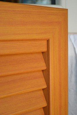 una persiana avvolgibile in legno