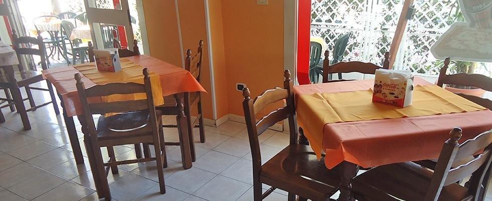 dei tavoli con delle tovaglie e delle sedie