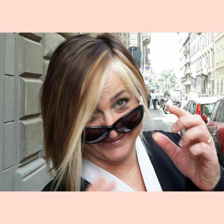 donna con occhiali neri, e capelli con maches