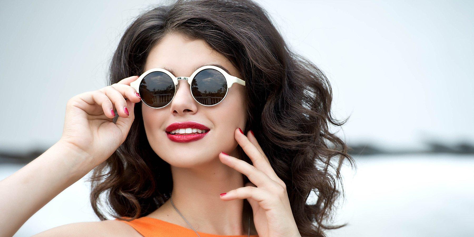 ottica vomero,  ragazza con occhiali da sole