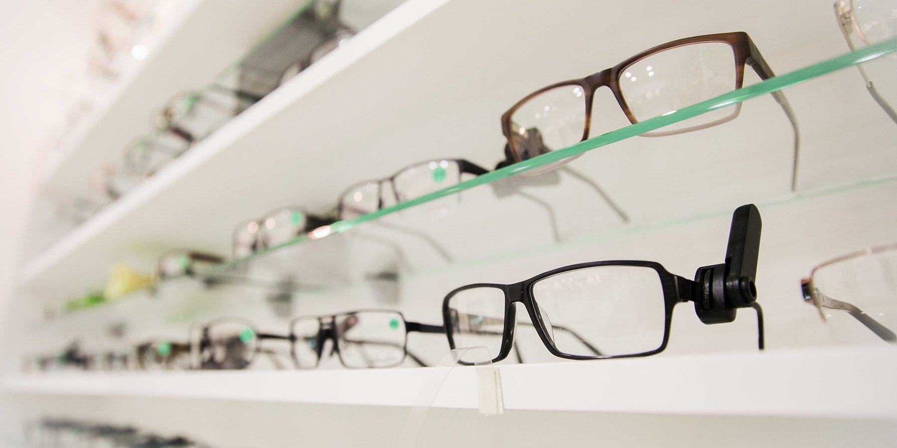 ottica vomero, occhiali su scaffali