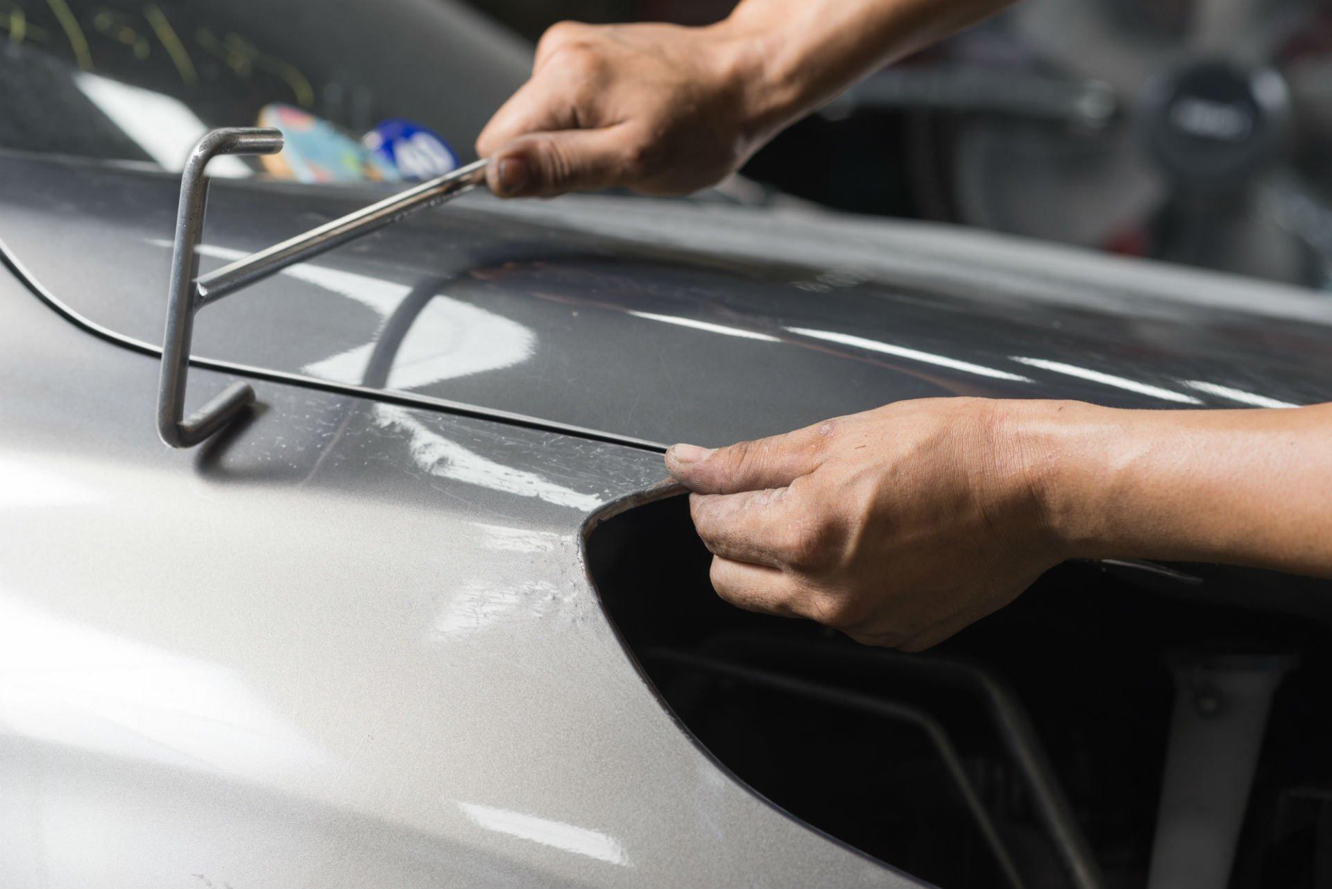 lavoro di riparazione della carrozzeria di un'autovettura