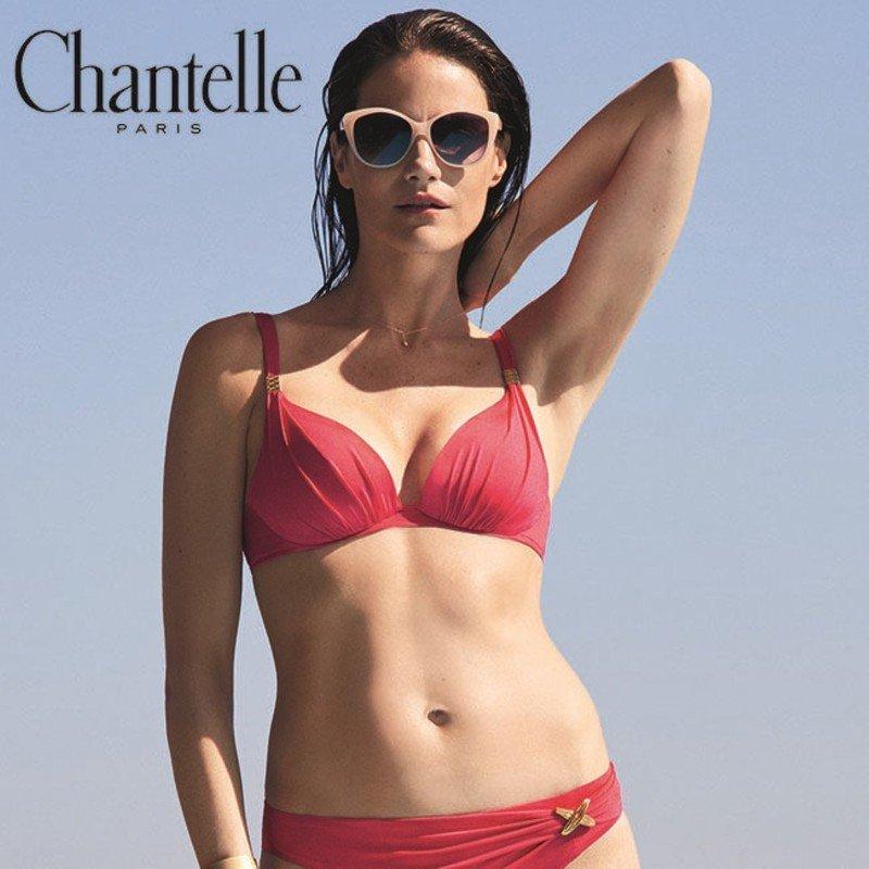 modella indossa costume bikini rosso
