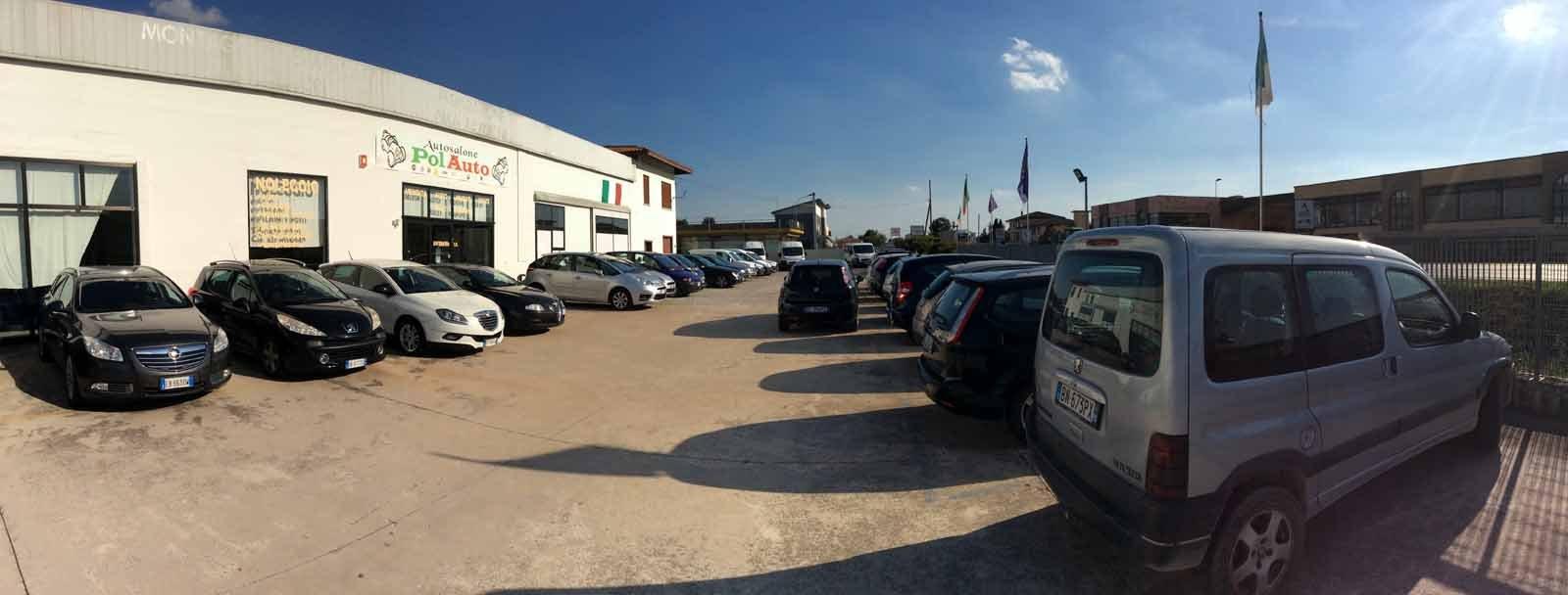 Furgoni e auto in un parcheggio