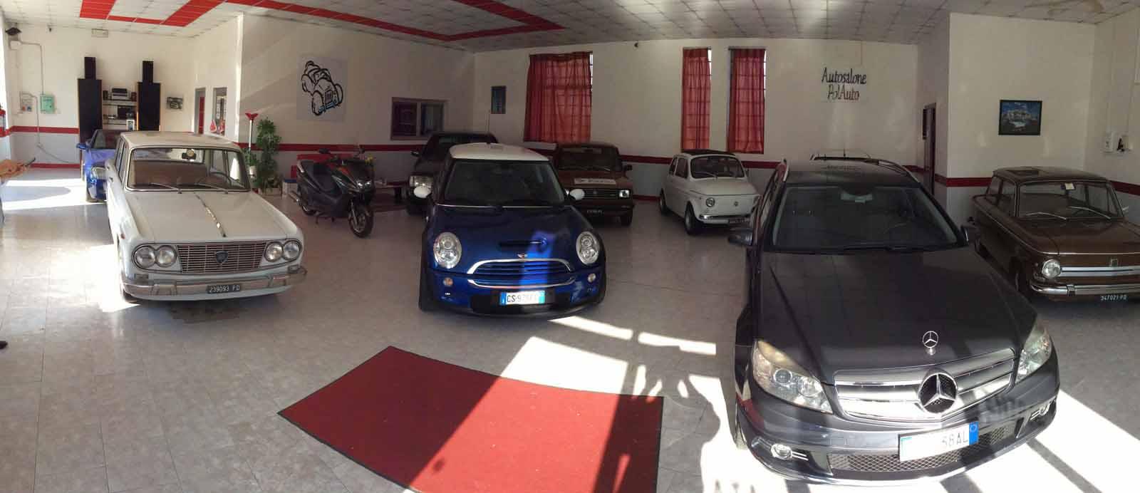 Primo piano di un'auto blu, una grigia e una bianca