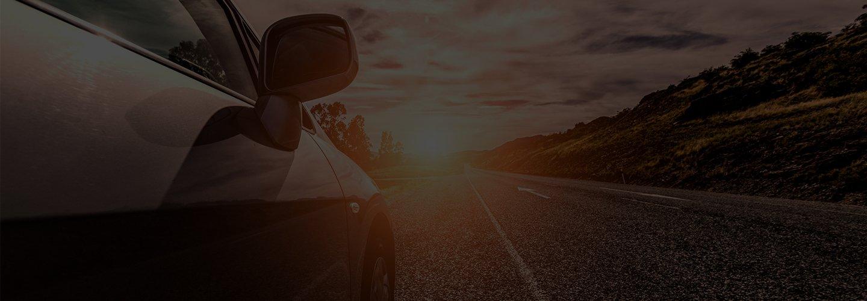 Macchina sulla strada