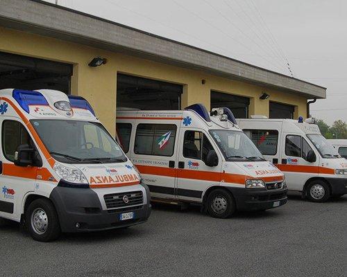 Tre ambulanze italiane parcheggiate