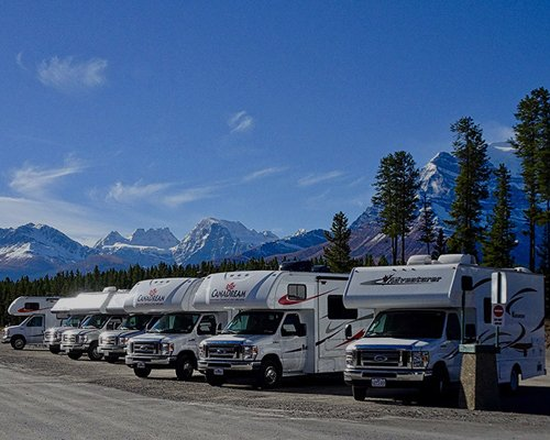 Una serie di camper parcheggiati