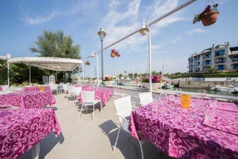 ristorante con veranda sul mare