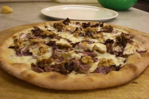 La pizza bianca Trevisana, con gorgonzola, radicchio e noci.