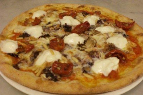 Una pizza squisita della pizzeria La Paradisea, realizzata con peperoni grigliati.