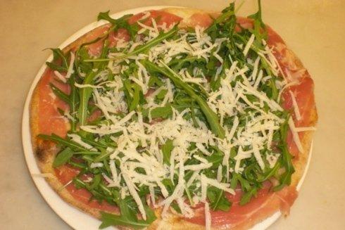 Una squisitezza del ristorante pizza con condimento di prosciutto grana e rucola.