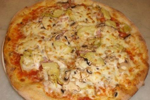 Pizza con condimento di funghi e carciofi, da leccarsi i baffi!