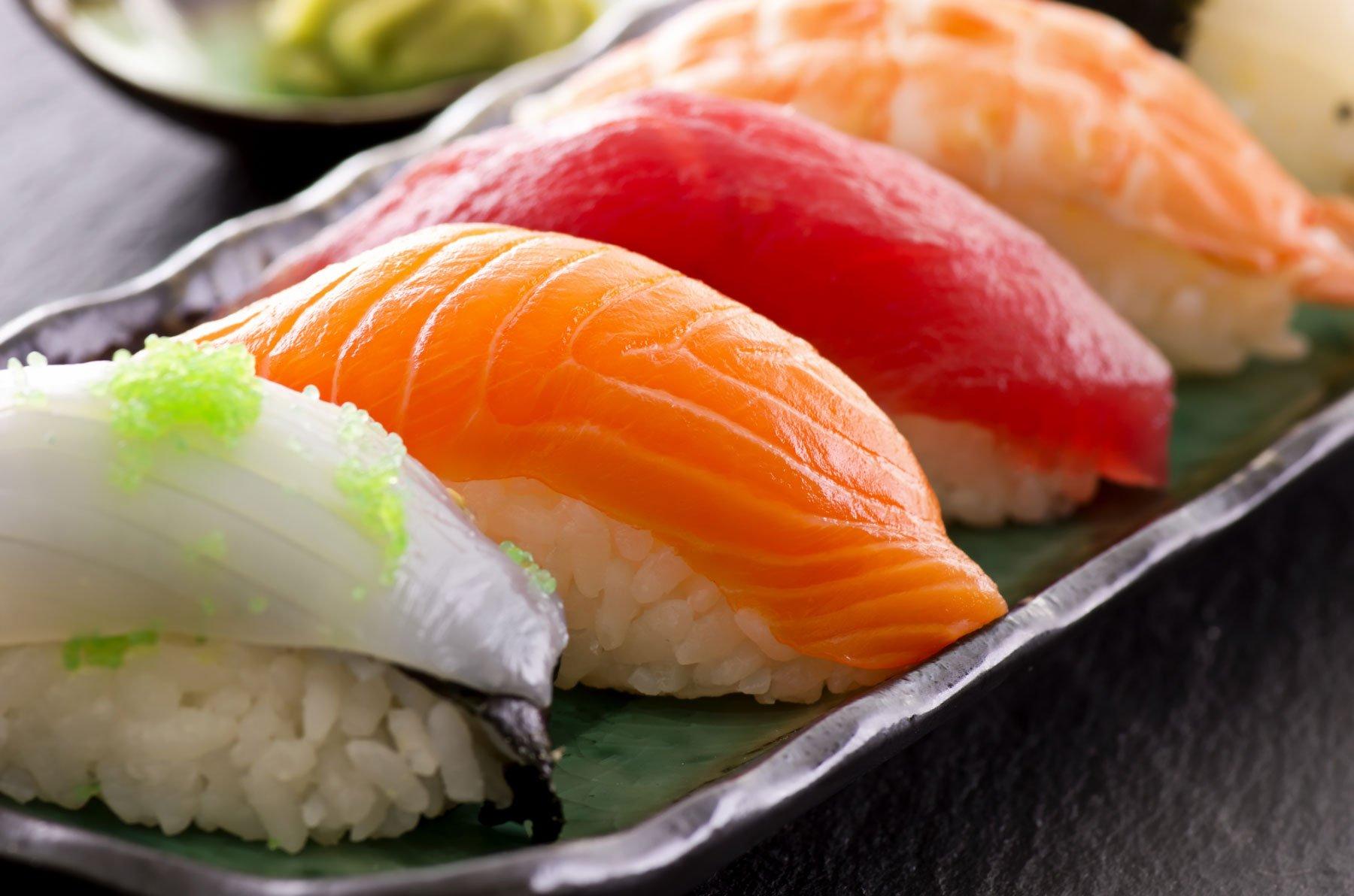 un piatto di sushi visto da vicino